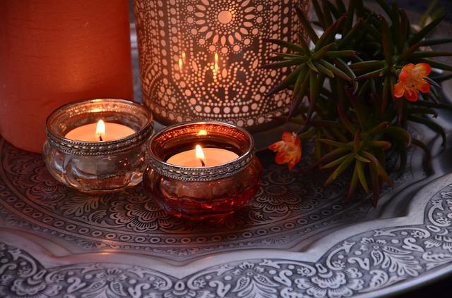 dvě svíčky, kytička
