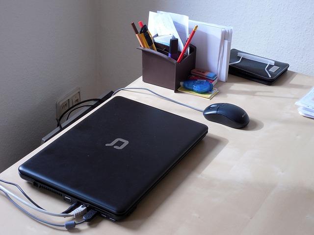 stůl, notebook, myš. kancelářské potřeby