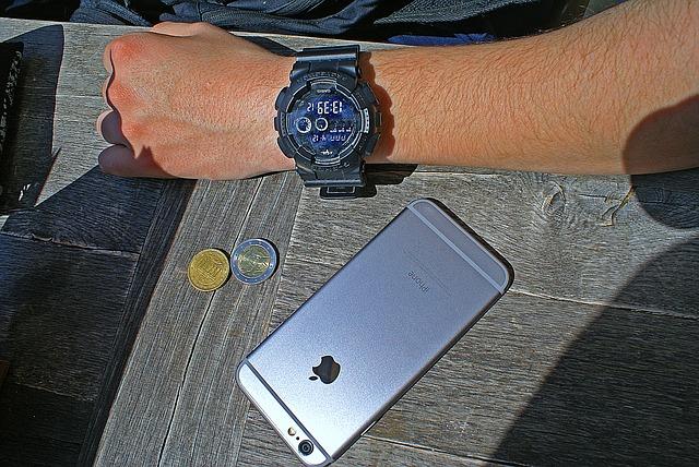 ruka, hodinky, mobil peníze