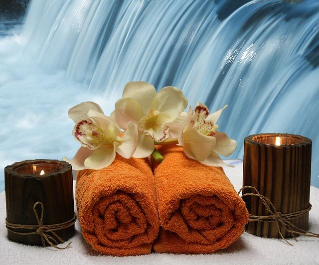 vodopád, ručníky, svíčky, květiny