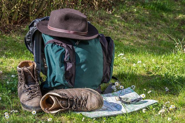 boty, mapa, batoh, klobouk
