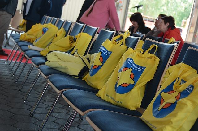 lidé, židle, propagační tašky