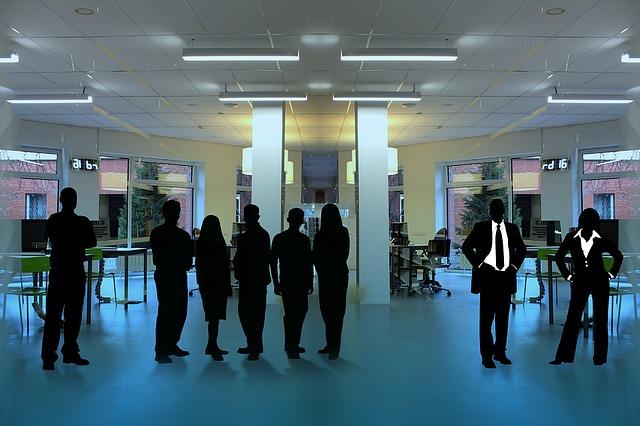 zaměstnanci na chodbě