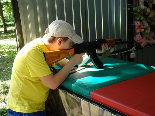 chlapec na střelnici