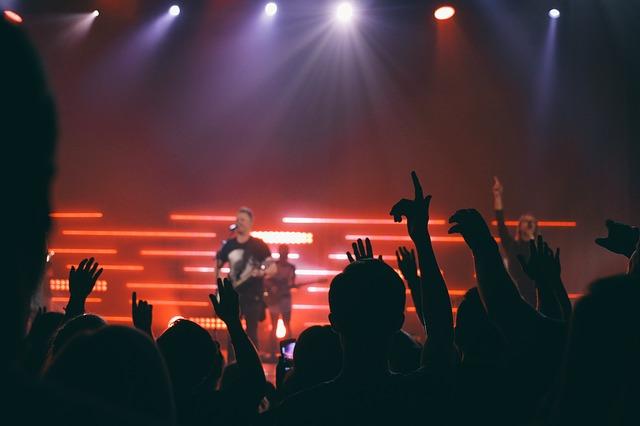 zpěvák s kytarou