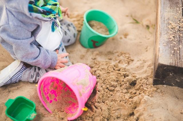 dítě na pískovišti