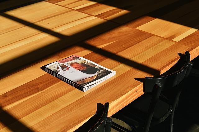 brožury na stole