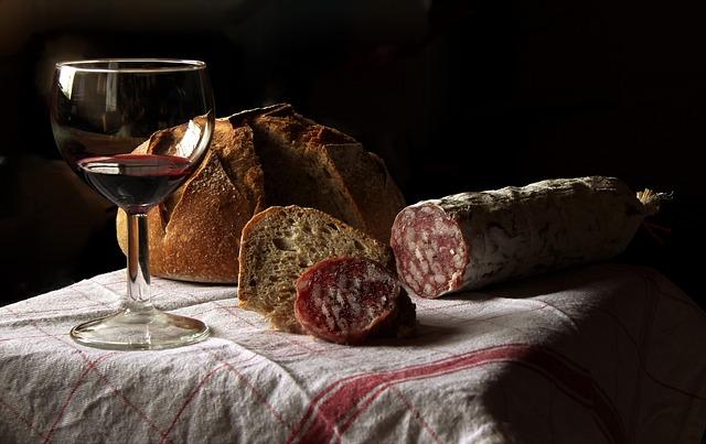 víno, salám a chléb