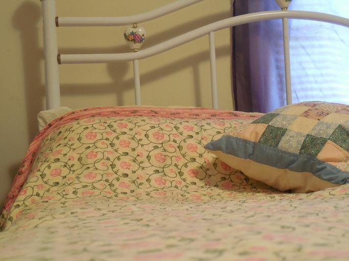 bílá dětská postel