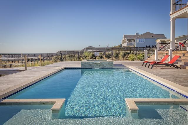 Hotelový bazén s čistou vodou