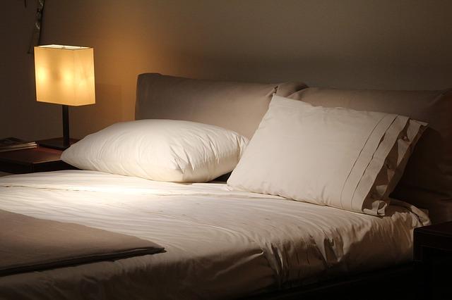 ložnice s postelí