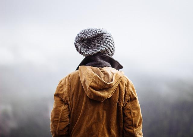 muž zezadu v šedé čepici