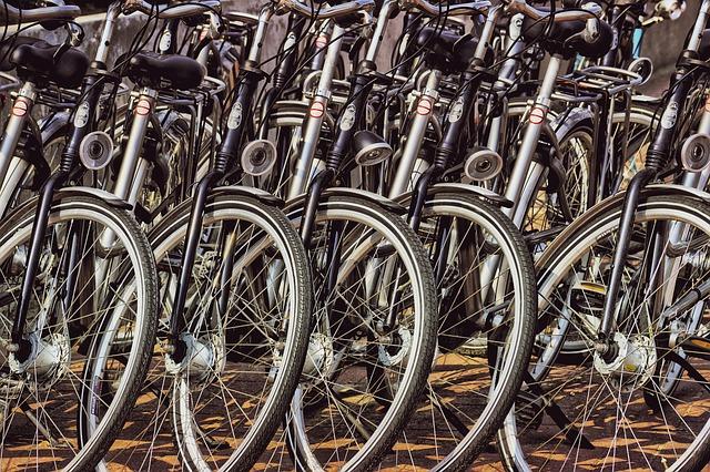 pět jízdních kol v řadě za sebou