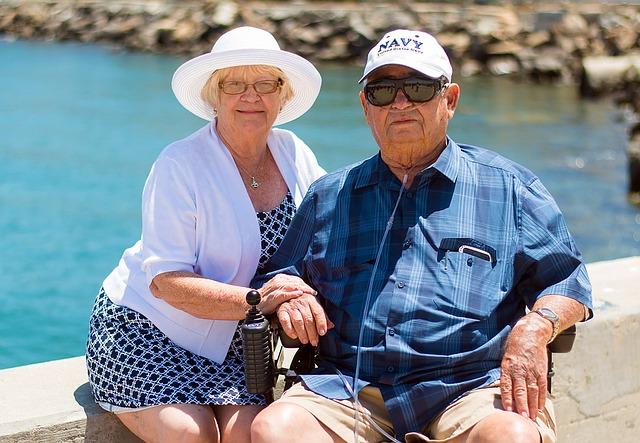 prarodiče za slunečného počasí pózující na kameru