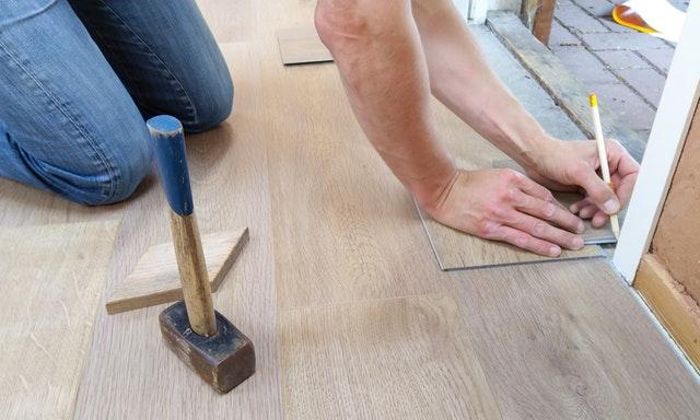 jak se pokládá podlaha