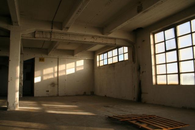 stará továrna s vraty