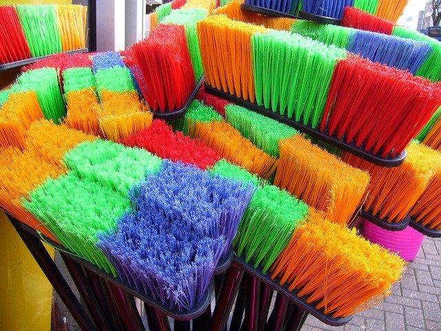 barevná košťata.jpg