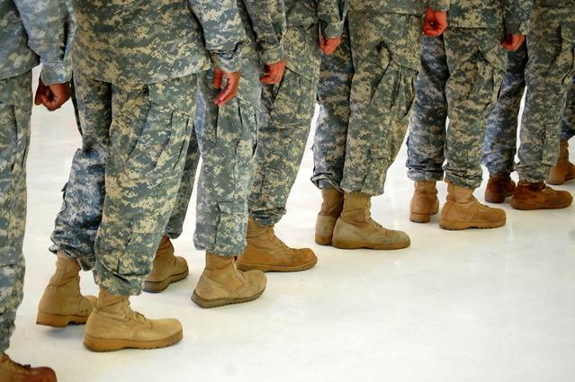 vojáci stojící v pohovu v řadě za sebou