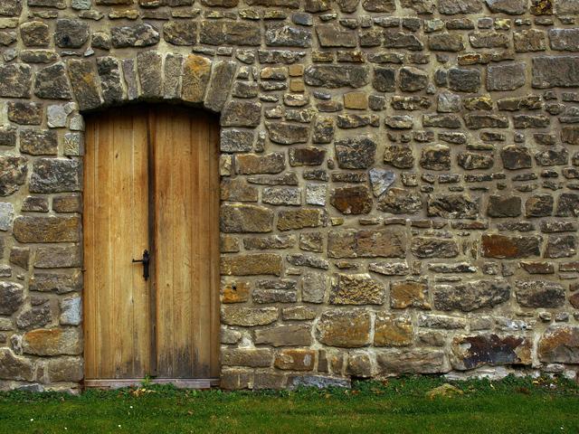 kamenná zeď s dveřmi