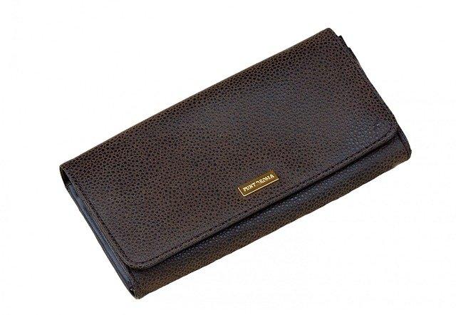 černá kabelka typu psaníčko