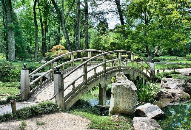most přes zahradní jezírko