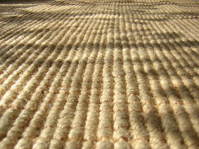 hrubě tkaný koberec