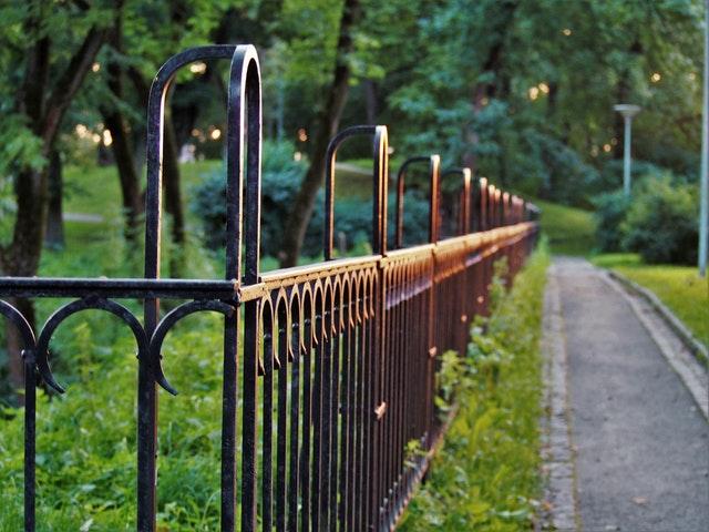 kovový plot, zahrada