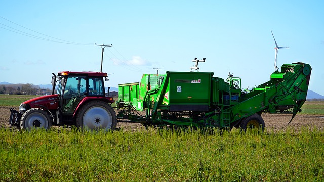 traktor a kombajn na poli